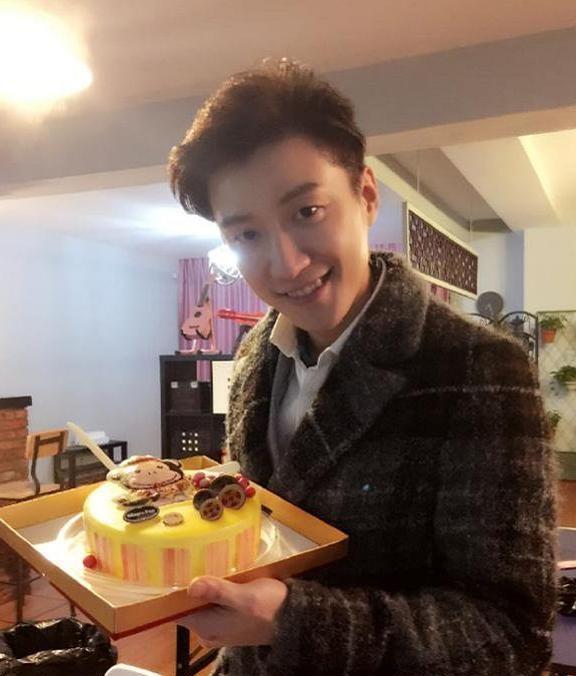 喬任梁33歲冥誕, 媽媽直播做粉色蛋糕, 陳喬恩一句祝福粉絲淚奔瞭-圖5