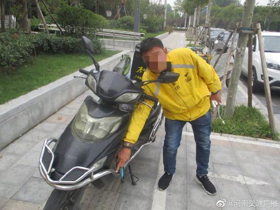 怕送單超時 鄭州一外賣小哥撞車後逃逸-圖2