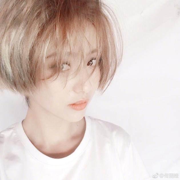 """25岁古力娜扎""""撞衫""""33岁佟丽娅, 同穿抹胸长裙, 网友: 她咋那么老气?"""