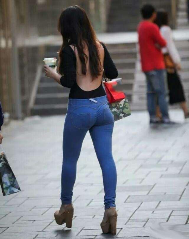 小姐姐身穿紧身的牛仔裤, 塑造出完美的身材 4