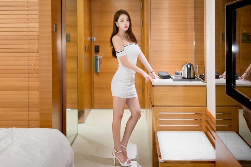 白色抹胸的包臀裙, 前凸后翘的苗条身材让人着迷 6