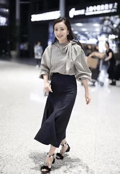 45岁小陶虹现身机场, 灰色衬衫吸睛无数, 网友: 美成二八少女! 3