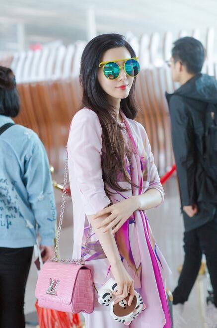 范冰冰一身粉色搭配丝巾现身机场, 网友: 真是嫩出新境界了! 2