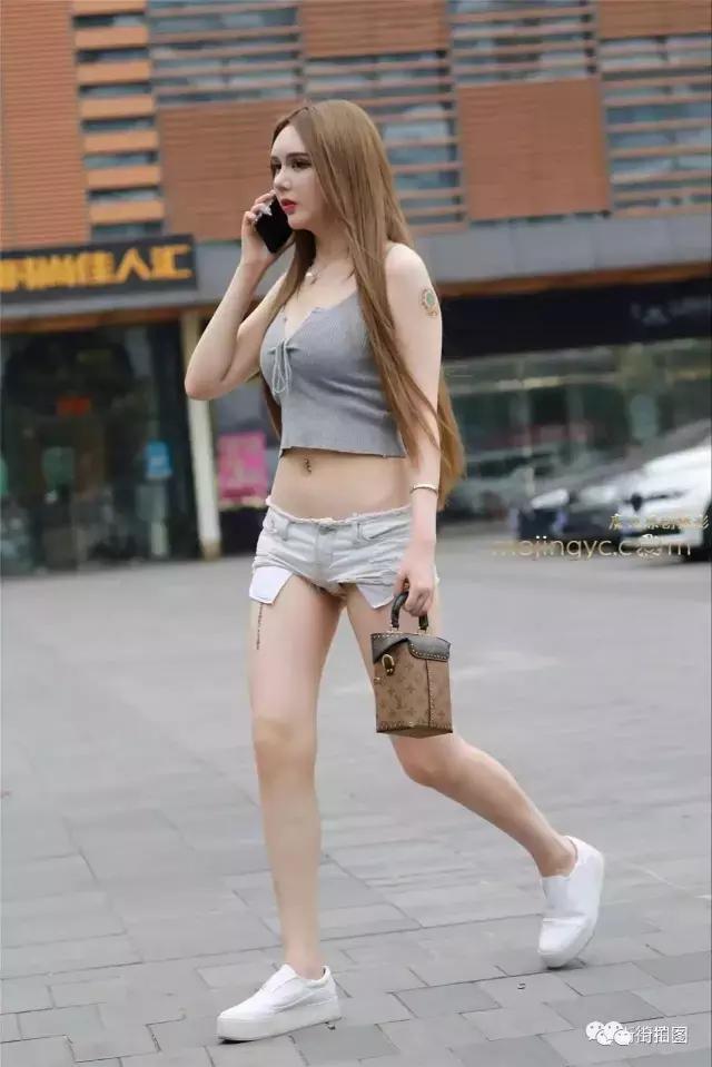 路人街拍 小姐姐热裤系在胯上, 要掉不掉, 看着干着急