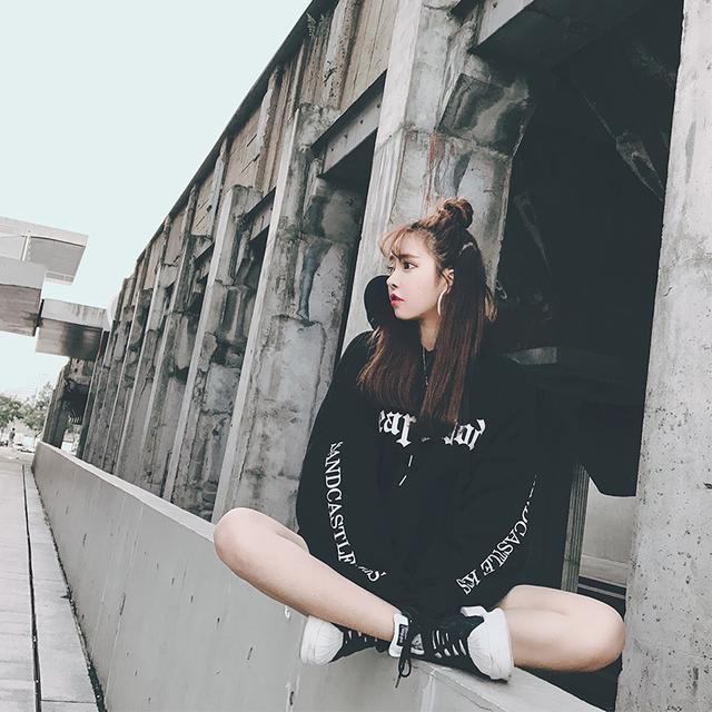 李小璐果然是时尚辣妈, 这次街拍又火了这款卫衣, 不怕冷吗 11
