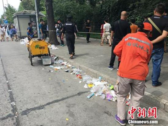 暑期清华北大游客爆满 排队者留下遍地垃圾