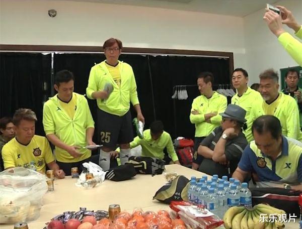 香港明星足球隊聚會: 譚詠麟站椅子上說話, 洪金寶和黃日華認真聽-圖4