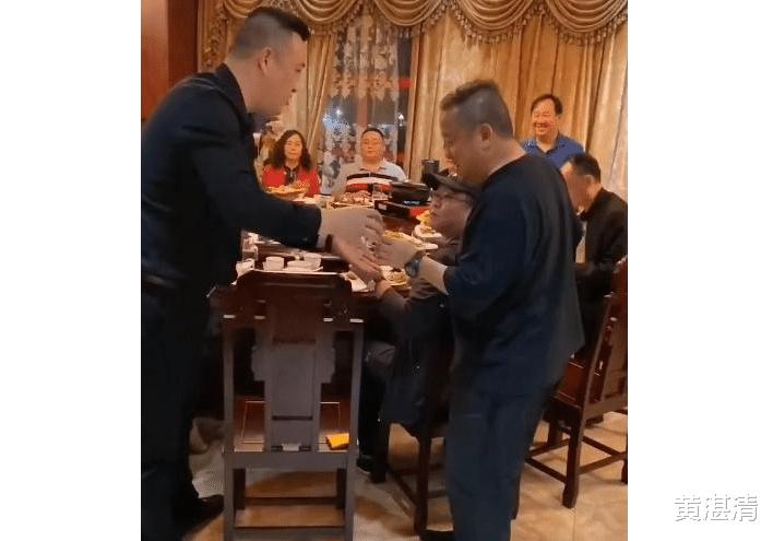 67歲的曾志偉和范偉等人吃飯, 居然還要給人敬酒, 對方什麼來頭-圖1