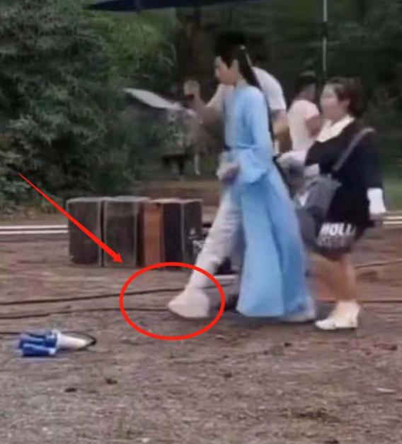羅雲熙新劇飾演霸道總裁, 身高不夠鞋子來湊, 被調侃是在踩高蹺-圖11