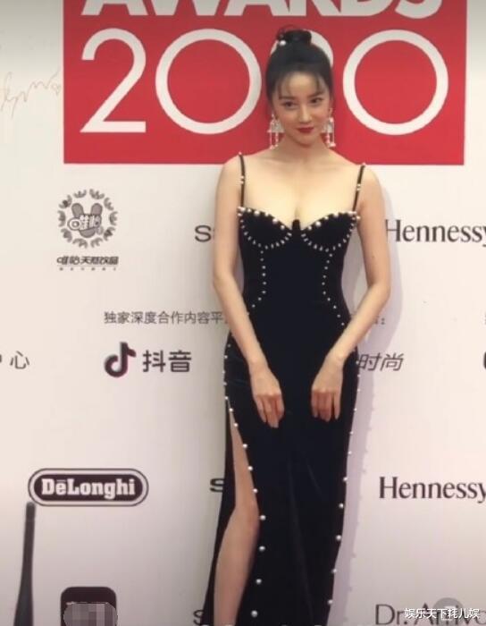 ELLE風尚大典: 楊冪風情、蔡徐坤雅痞、張雪迎丟分, 她們很大膽, 她贏瞭-圖7