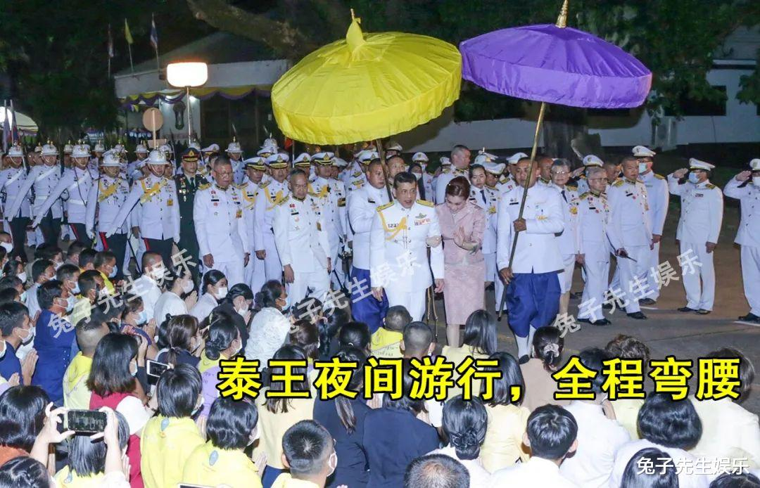 68歲泰王夜間遊行, 強行被民眾跪地擦皮鞋! 這種卑微來自骨子裡…-圖5