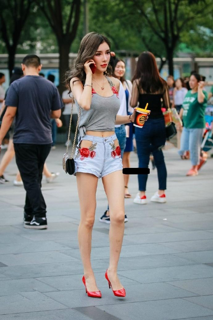 街拍美女镂空短裤穿搭红花背心 分外迷人