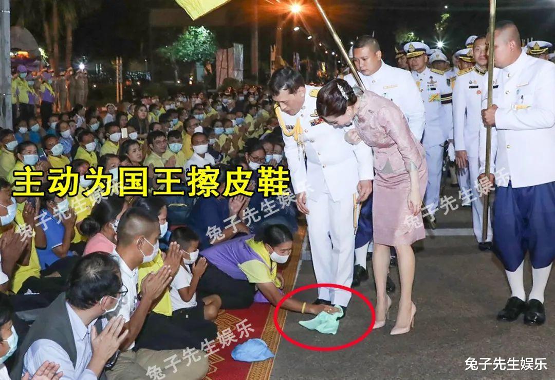 68歲泰王夜間遊行, 強行被民眾跪地擦皮鞋! 這種卑微來自骨子裡…-圖6