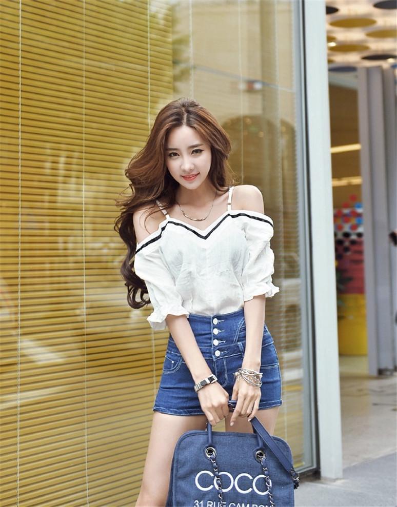 都市街头牛仔裤美女、凹凸有致的身材时尚又性感