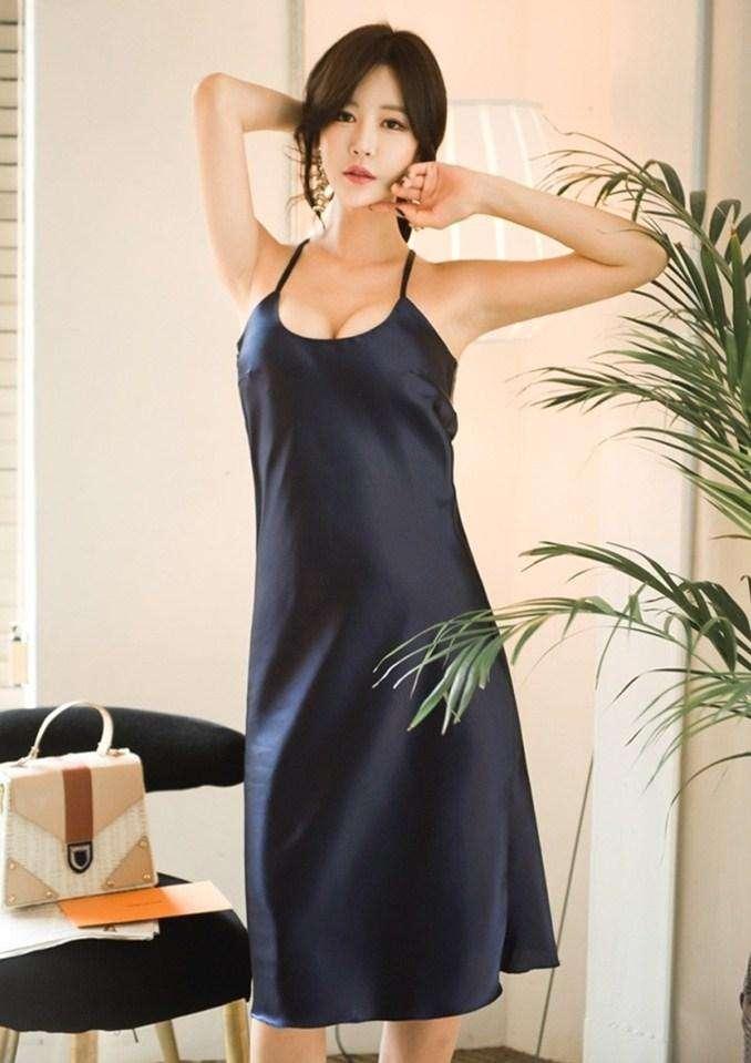 温婉美女, 搭配一袭冰丝长裙, 绽放深蓝的优雅