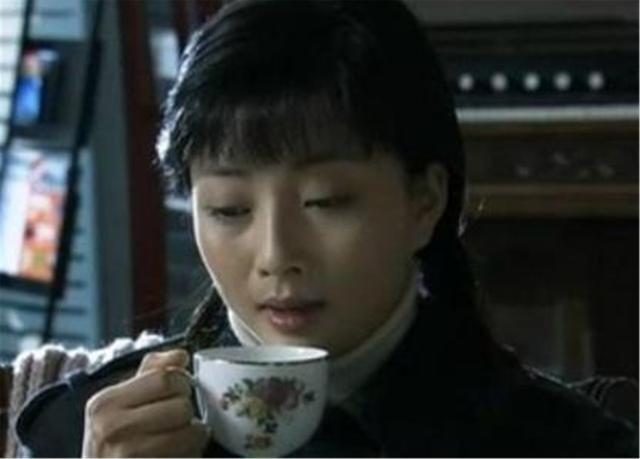 """丈夫入獄10年選擇離婚,緋聞導致她無戲可拍,今成瞭大滿貫""""視後""""-圖3"""