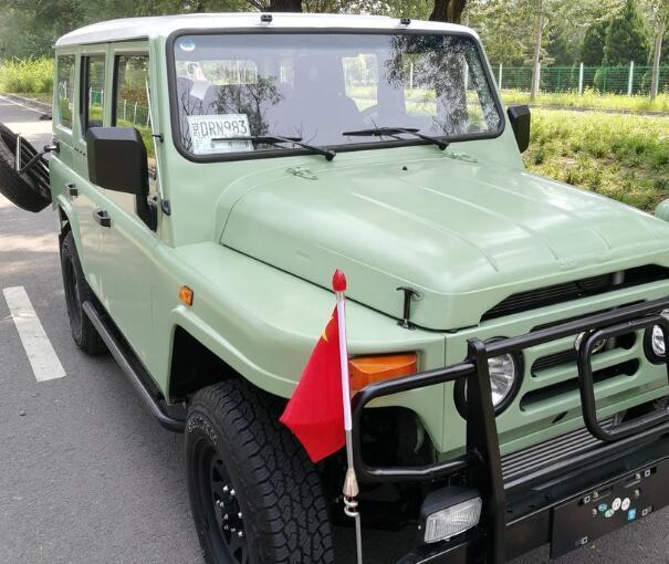 國產情懷SUV完成升級! 2.4T動力+四驅, 雙色車身比路虎衛士還帥氣-圖1