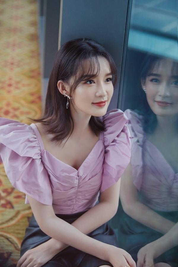 李沁太會穿, 香芋紫蝴蝶袖上衣配荷葉邊皮裙, 高級娘man風誰不愛-圖2