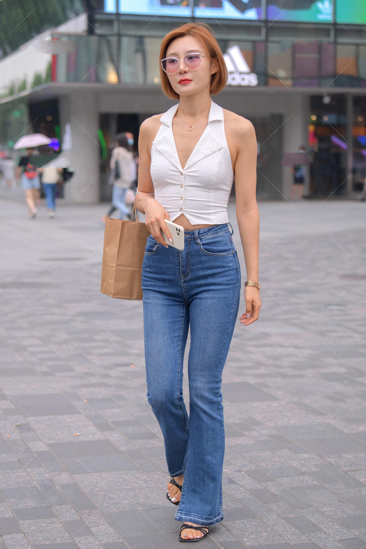簡單的露肩背心搭配微喇牛仔褲, 輕松穿出復古風-圖2