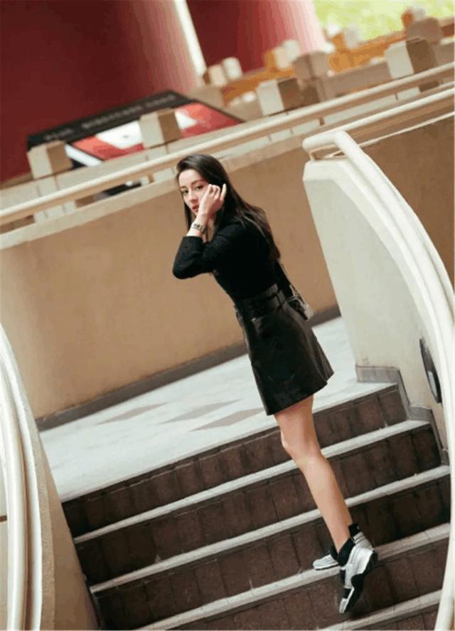 单品选得好, 常规的穿搭最吸睛的还是皮裙