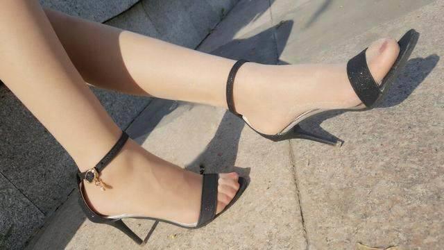 有质感的高跟鞋很有必要, 大家的目光也在不经意间跟着它走 6