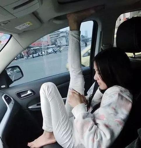 練舞蹈的妹子就是任性, 在車裡就這樣的姿勢, 真實不服不行哈哈哈-圖8