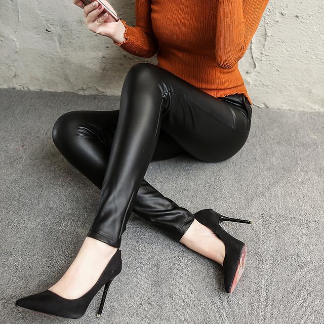 今年的皮裤+浅口尖头鞋, 看这腿部、脚部太修长显瘦了 1