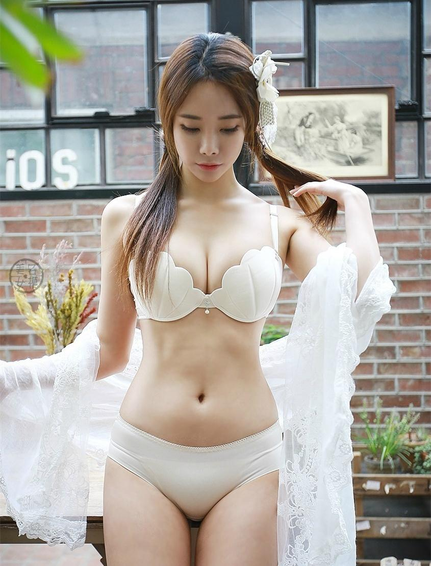 白色的泳衣搭配白色的薄纱长裙, 微胖的妹纸看起来一点都不胖