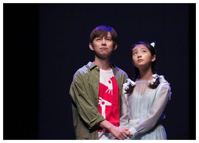 黃多多搭檔何炅出演電影, 慈父黃磊發文助陣, 氣質不輸媽媽-圖2