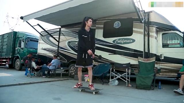 王一博劇組玩滑板險些摔倒撞人, 曾因在機場玩滑板被吐槽-圖1