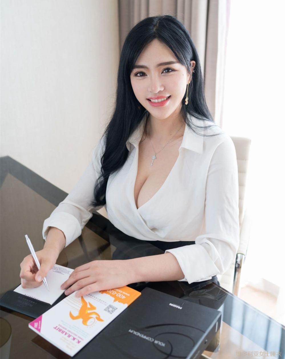 丰腴身材的女秘书穿高腰包臀裙尽显妩媚感, 老板特别赏识 6