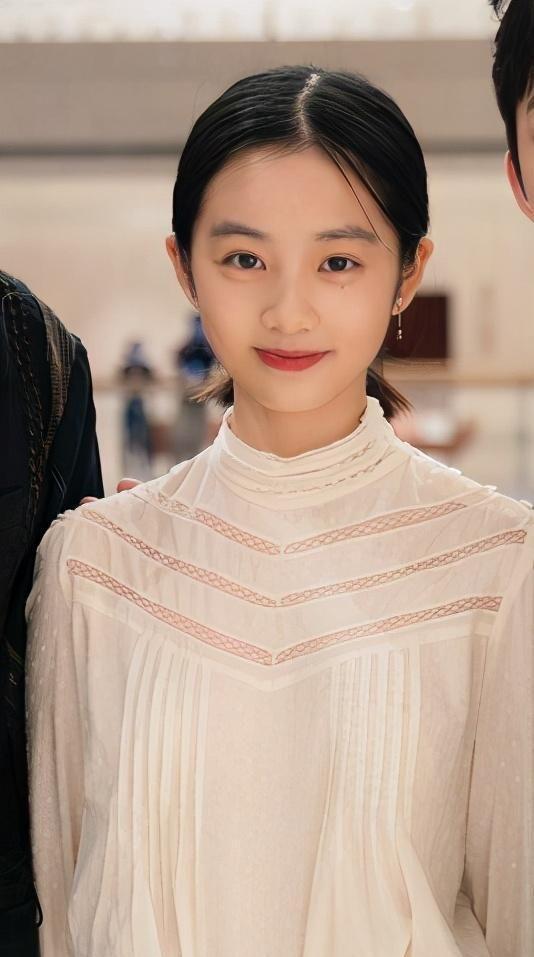 黃磊女兒多多長大瞭! 抹鮮艷紅唇扮輕熟少女, 14歲身高直追何炅-圖1