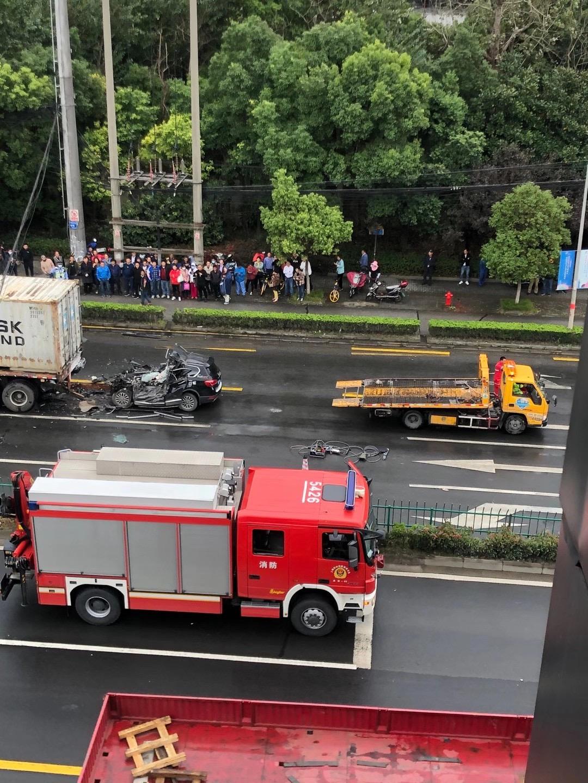 現場慘烈! 上海一輛哈弗H6越野車追尾大貨車, 司機直接被鏟頭-圖8