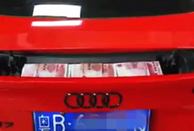 在180萬奧迪車裡藏私房錢, 上高速就被老婆發現, 車主: 設計缺陷-圖2
