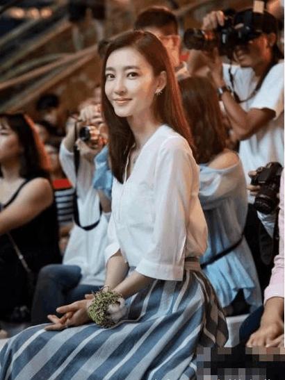 王丽坤继与林更新姐弟恋被曝后首次露面, 穿搭清新又减龄! 网友: 与林更新很搭! 2