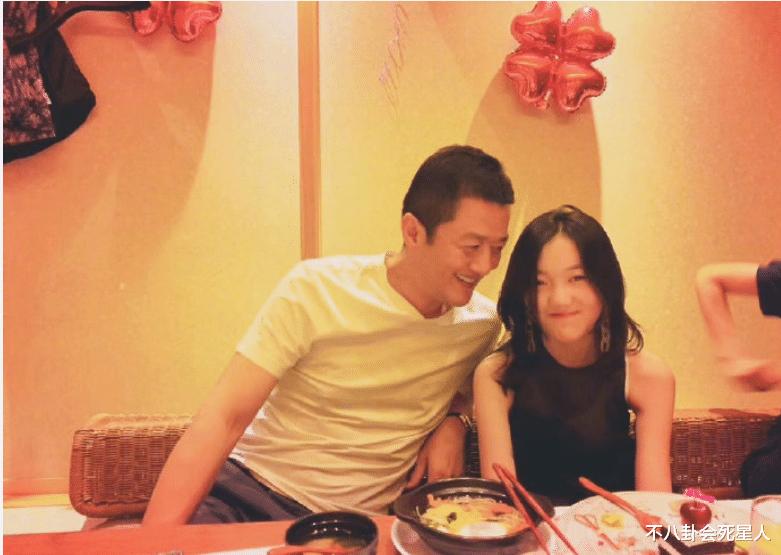 王菲女兒李嫣穿JK服, 14歲早熟露腰, 一個細節暴露她的不自信-圖15