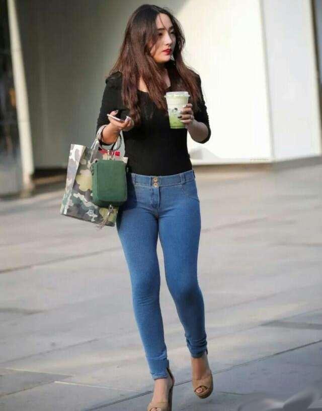 小姐姐身穿紧身的牛仔裤, 塑造出完美的身材 2