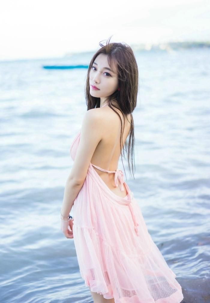 清新时尚吊带裙尽显迷人姿态, 裙袂飘飘!