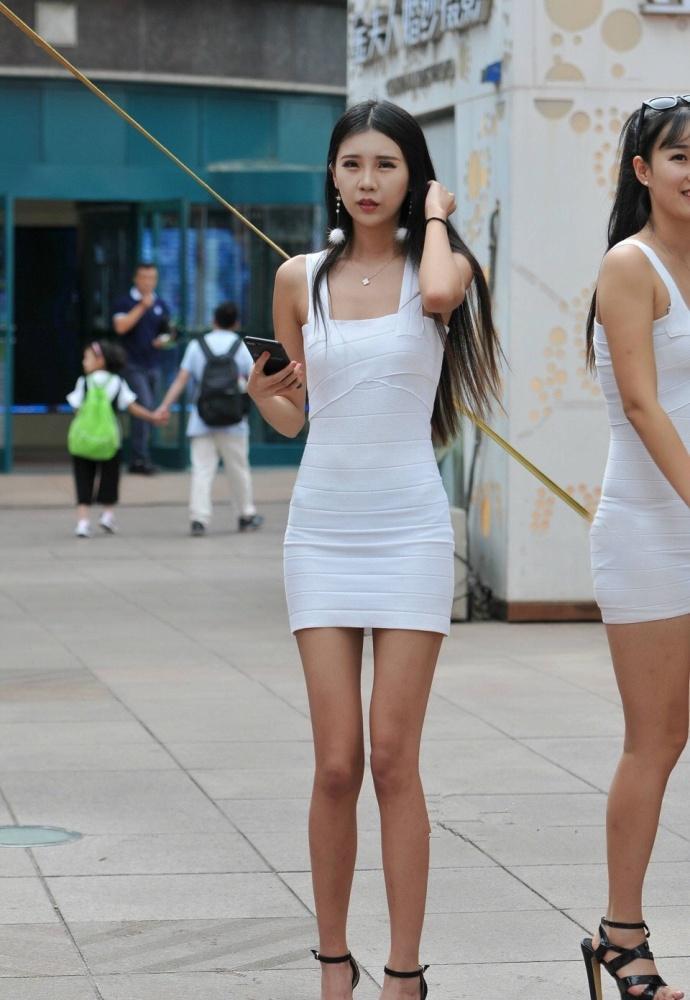 同样吊带包臀裙的美女模特们, 各有各的特点 3