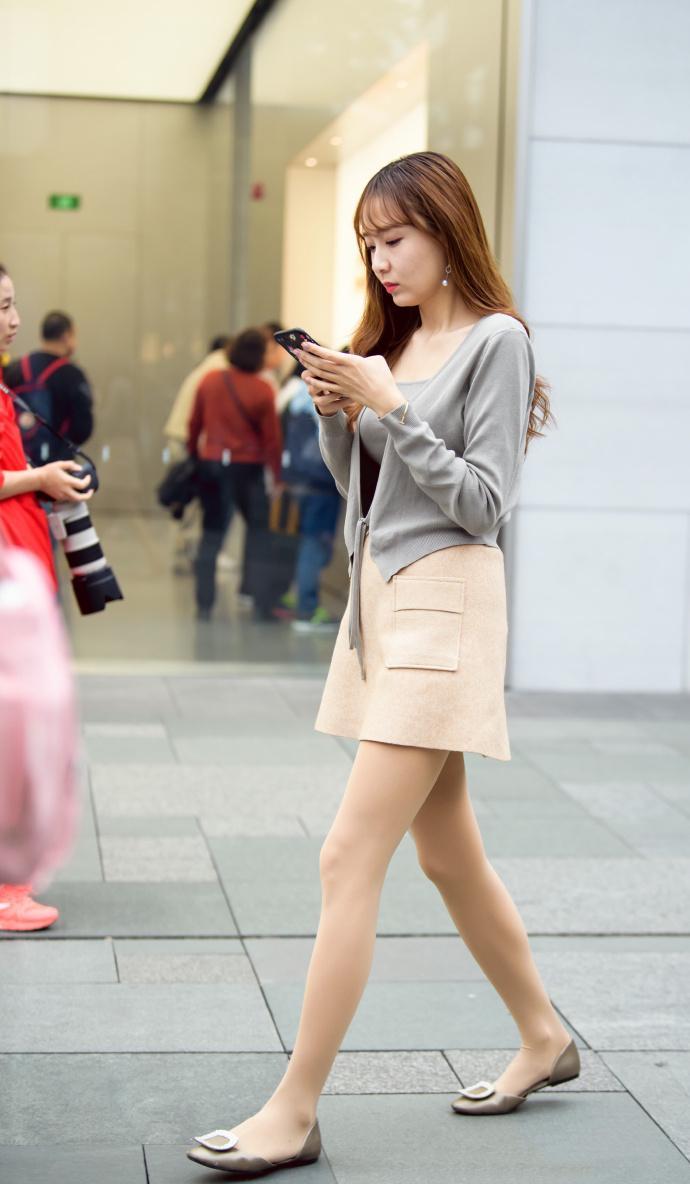 灰色背心米色短裙少妇, 韵味十足看着舒服 4