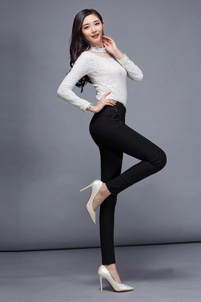 紧身裤撑起自信姿态, 妹子到哪都是这么迷人 6
