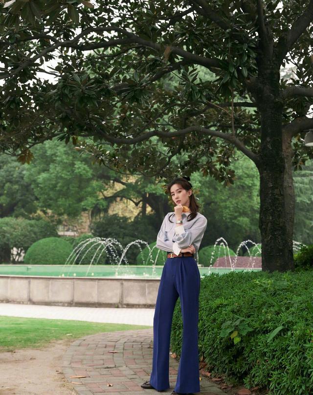劉詩詩終於換造型瞭, 淺色襯衫搭配束腰長褲, 氣質也太颯瞭-圖3