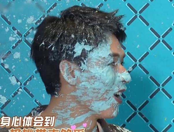 龔俊被奶油糊瞭一臉, 導致妝容全無, 他的救場方式暴露偶像素質-圖5