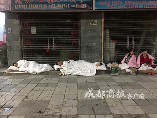 九寨沟震后首个清晨: 游客睡路边 菜市仍营业
