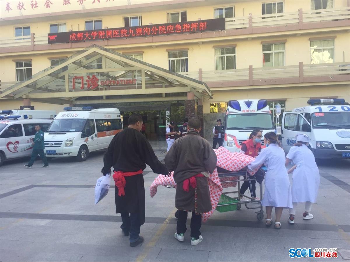九寨沟游客:地震时巨石砸在大巴车旁 一车人与死神擦身而过