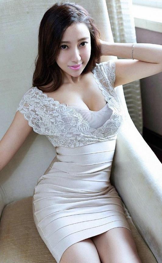 白色包臀裙穿上后时尚又凸显身材, 这个妹子穿的这种连衣裙看上去真不错 3