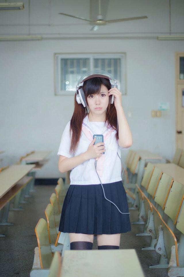 为什么日本女孩穿上校服短裙, 一定要穿上过膝袜? 这样真的显腿长? 6