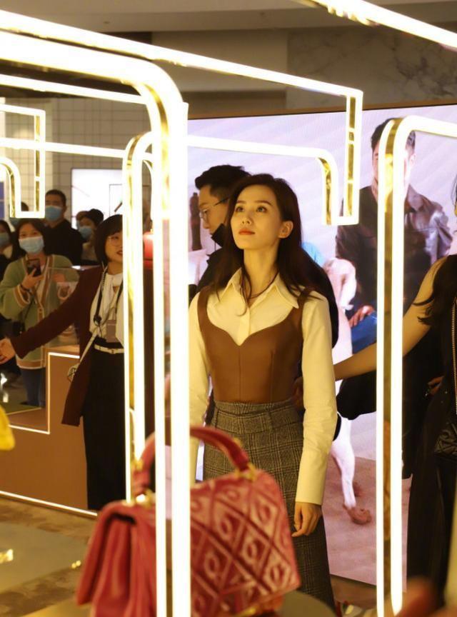 劉詩詩穿皮衣現身活動又酷又颯, 網友鏡頭下生圖氣質好絕-圖4