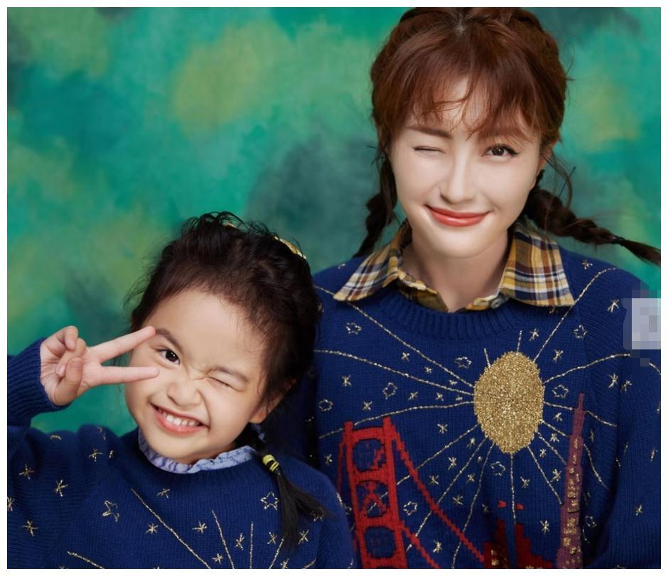 包文婧和女兒同拍親子大片, 同穿親子裝, 4歲餃子長得像爸爸-圖2