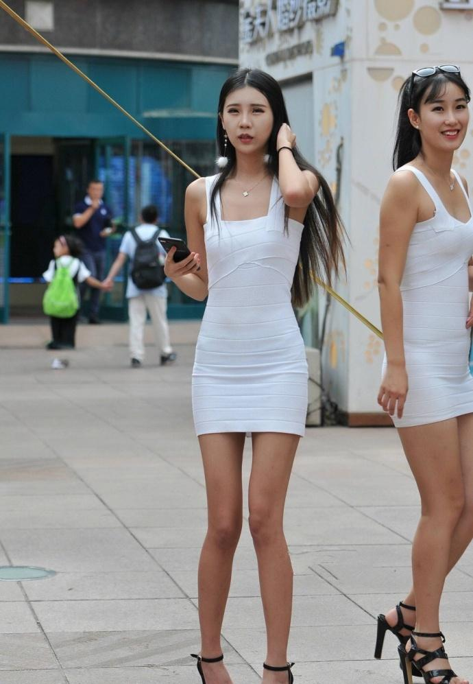同样吊带包臀裙的美女模特们, 各有各的特点